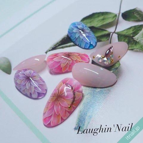 まるで絵画のようなクオリティ♡ネイルに咲いたフラワーデザイン特集