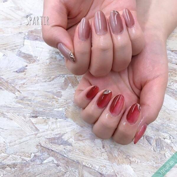 爪が長く見えて美しい手元に!きれいめ縦グラデーションネイル
