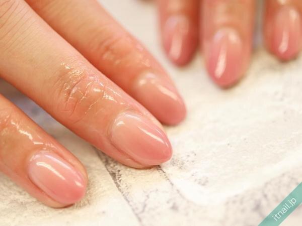 ピンクのツヤグラデーションネイル