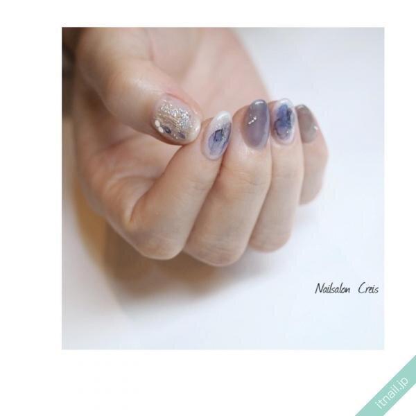 濃いブルーの水彩ネイル