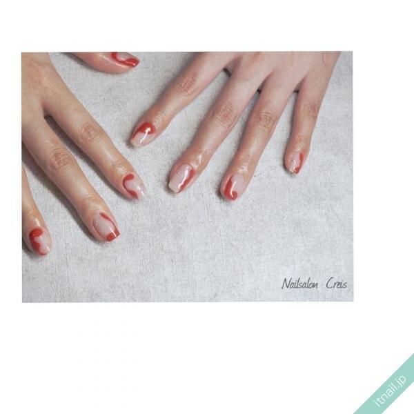 乳白色と赤のバイカラーネイル